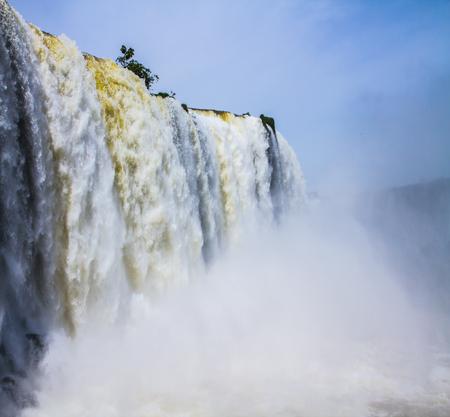 南米 3 カ国の国境にあり得ないエキゾチックなイグアスの滝: ブラジル、アルゼンチン、パラグアイ。アクティブな観光の概念