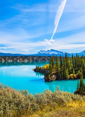 Magnifique lac Abraham de couleur turquoise. Dans le ciel bleu trace d'argent de l'avion. Les montagnes Rocheuses du Canada en été indien. Le concept de tourisme écologique et actif Banque d'images - 86028926