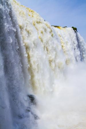 イグアスを超える水しぶきと霧が、ブラジル、アルゼンチン、パラグアイの国境に当たる。アクティブ・エクストリーム観光のコンセプト 写真素材