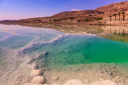 Fused salt made on the surface of the water. Emerald water of the Dead Sea Imagens