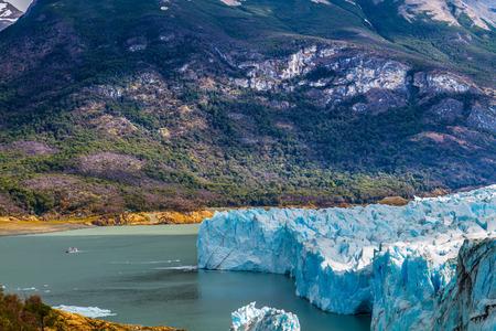 turismo ecologico: The glacier shine with reflected sunlight. The concept of exotic and extreme tourism. The fantastic glacier Perito Moreno, in the lake Argentino, Patagonia Foto de archivo