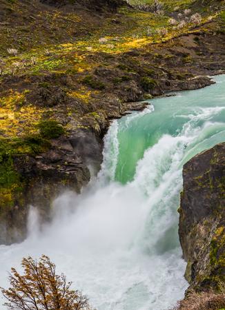 パタゴニアへの旅行します。チリ南部の州。有名な絵のようなトレス ・ デル ・ パイネ国立公園。強力な滝サルト ・ グランデをゴロゴロ