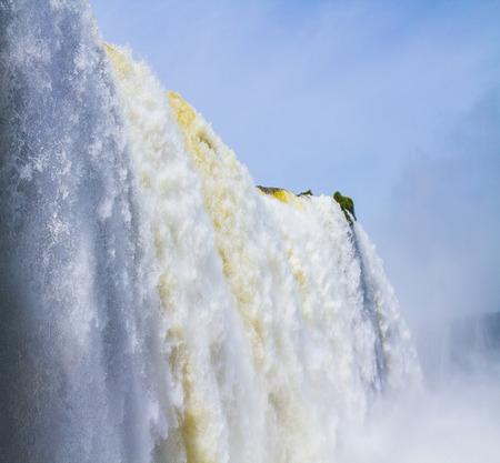 最も壮大な滝イグアス。イグアスの滝には、ブラジル、アルゼンチン、パラグアイの国境に水しぶきが降る。アクティブ・エクストリーム観光のコ