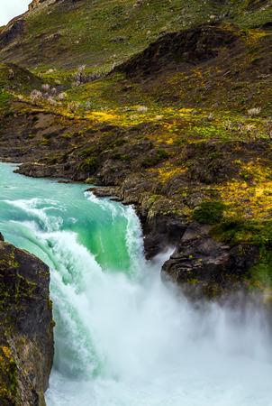 チリ南部。有名な絵のように美しいトレス・デル・パイネ。強力なゴロゴロの滝サルトグランデ。エキゾチックでエコロジカルな観光の概念