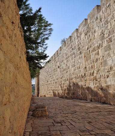 The narrow stone-paved street along the walls of Jerusalem Stok Fotoğraf