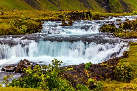 アイスランドの滝のゴロゴロ。島の周りの高速道路ナンバーワンに沿って広い絵のように美しい谷。アイスランドの旅行。アクティブで極端な観光