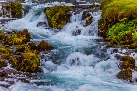沸騰し、カスケード滝をゴロゴロ。アイスランドの広い美しい谷。アクティブで極端な観光の概念