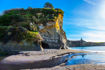 Dangerous White rocks on the Pacific coast. Sunrise. Exotic journey to the end of the world. North Island, New Zealand. The concept of ecological, active and phototourism Banque d'images