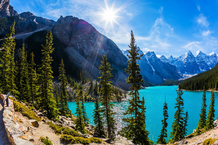 Lake Moiraine with icy water of emerald color in Park Banff. Canadian Rockies, Province of Alberta. The concept of ecological, photographic and active tourism Banco de Imagens