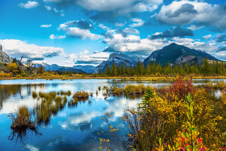 Group of lakes in the Banff, located in the Canadian Rockies. Autumn day on the lake Vermilion. The concept of ecological, photographic and active tourism Imagens - 115698747