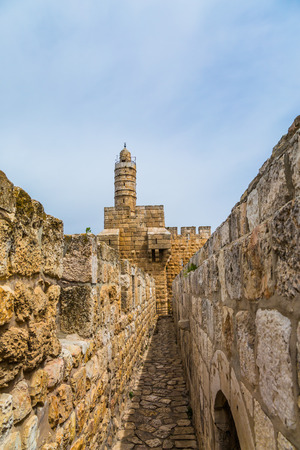Fascinating walk through the ancient walls of Jerusalem. The stone walls sprouted in tufts of grass. Eternal Jerusalem. The concept of historical and ethnographic tourism 免版税图像