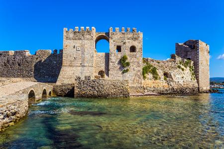 Mächtige Türme und Mauern bestehen aus behauenen Steinen. Der malerische antike Hafen Methoni im griechischen Mittelmeer. Das Konzept des Aktiv-, Foto- und Geschichtstourismus