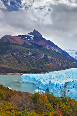 Nationalpark Los Glaciares in Patagonien. Kolossaler Perito-Moreno-Gletscher im Lago Argentino. Winterlicher Sommertag Standard-Bild