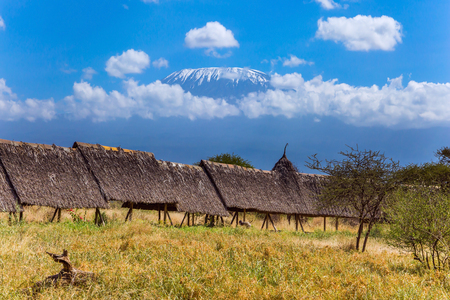 Fairy lodge in the park at the foot of Mount Kilimanjaro, Kenya. Bungalows with grass roofs. The concept of ecological, active and photo tourism Stockfoto