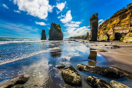 """Rochers célèbres """"Trois Sœurs"""" sur la côte Pacifique. Île du Nord, Nouvelle-Zélande. Le concept d'écotourisme et de phototourisme"""