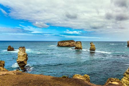 La Great Ocean Road de Australia. Islas costeras: rocas en una pequeña bahía. El océano Pacífico. El concepto de turismo exótico, activo y fotográfico Foto de archivo