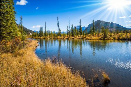 Magiczne jeziora Vermillon w Górach Skalistych Kanady. Pojęcie turystyki aktywnej i ekoturystyki. Słoneczne plamy światła w gładkiej wodzie jeziora