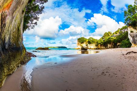Kust van het Noordereiland van Nieuw-Zeeland. De kathedraalgrot. Prachtige zonsondergang op het strand. Concept van actief en ecologisch toerisme
