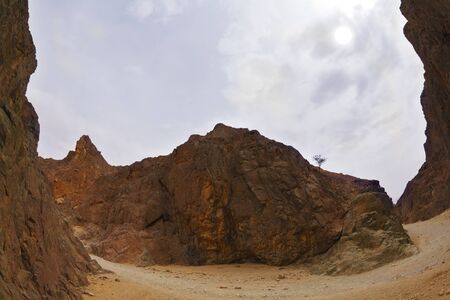 Canyon noir spectaculaire et efficace dans les montagnes d'Eilat Banque d'images