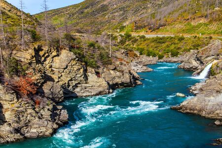 Scenic Spots of New Zealand.  The way to Queenstown - the center of extreme sports. Rapid river with melted water and rocky shores. The concept of active, ecological and photo tourism Zdjęcie Seryjne