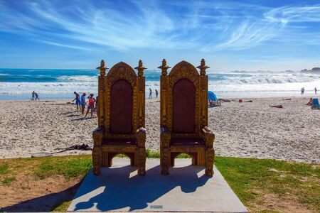 Two magnificent decorative chairs for tourist photography on the beach. Promenade and beach in  fabulous port city Cape Town. The concept of active, exotic and photo tourism 版權商用圖片 - 134868797