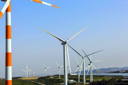 Israel. Windgenerator - Windpark auf dem Mount Gilboa. Moderne Geräte zur Erzeugung elektrischer Energie. Das Konzept von Umweltfreundlichkeit, Umweltschutz und Tourismusfoto Standard-Bild