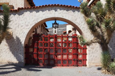 Scotty's Castle in Death Valley in the USA. Beautiful red latticed gate Banque d'images