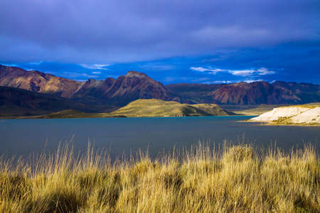 Huge lake with azure water, arid steppe of Patagonia and the steep slopes of cold mountains. Los Glaciares Park in Argentina. The concept of active, extreme and photo tourism Standard-Bild