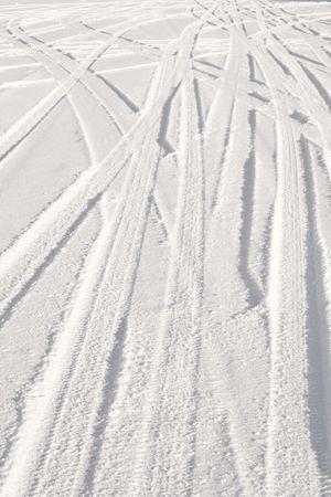 going in: Camino cubierto de nieve con pistas de neum�ticos en varias direcciones. Fondo de invierno agradable. Foto de archivo