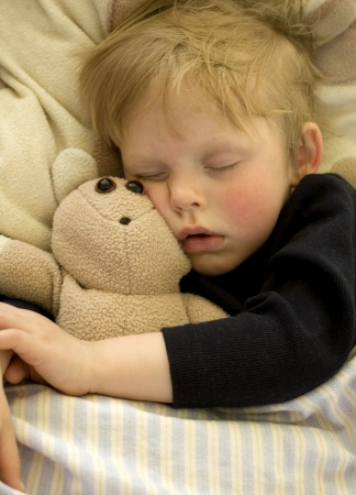 child sleeping: Cute ni�o dormido, abraz�ndolo su oso de peluche