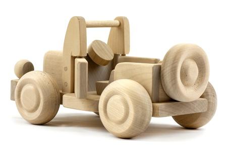 juguetes antiguos: Jeep de madera con la puerta abierta aisladas sobre fondo blanco
