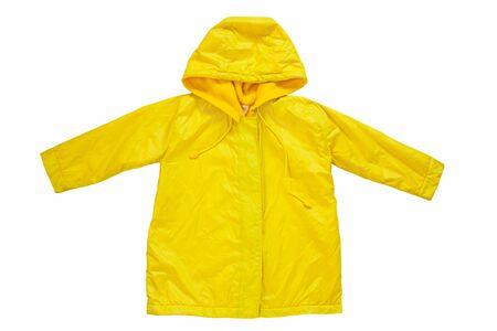 Gele regenjas op witte geïsoleerde achtergrond. Gelukkig grappige kinderen uitloper herfst stijl kleding. Genieten van regen. Gelukkig regenachtige dag concept, Hello Fall wenskaart kopie ruimte plat lag. Heldere regenjas