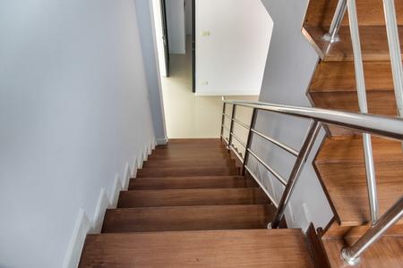 Huis met twee verdiepingen met omheining