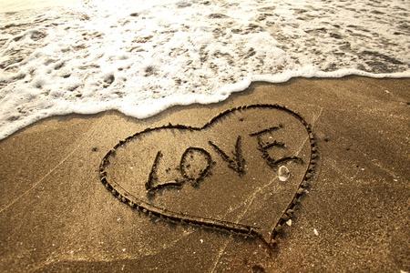 carta de amor: Concepto amor escritas a mano en la arena Foto de archivo
