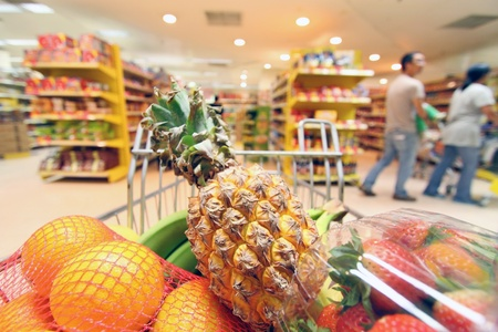 supermercado: Movimiento carrito de la compra en el supermercado. Fue tomada desde el comprador