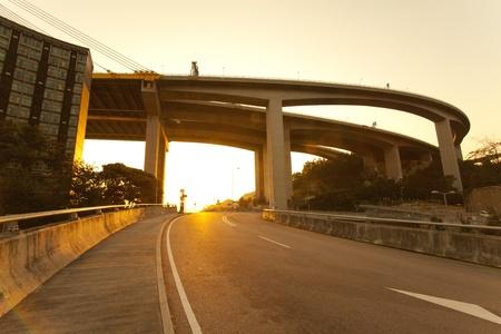 flyover: Snelweg bij zonsondergang Stockfoto