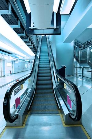 Mover las escaleras mec�nicas en la estaci�n de metro