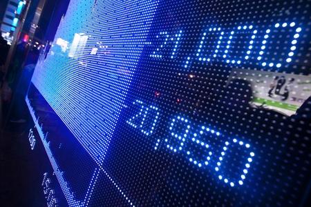 bolsa de valores: Mercado de Valores precio de la pantalla resumen en la ciudad moderna