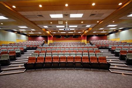 Kleurrijke stoelen in collegezaal van een universiteit Redactioneel