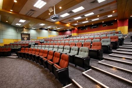 Lezione sala con sedie colorate in università