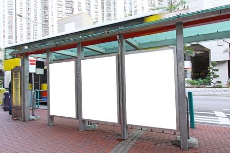 fermata bus: Cartellone bianco su fermata bus Editoriali