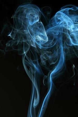 incienso: Resumen de humo negro sobre fondo negro Foto de archivo