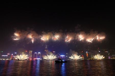 annual event: HONG KONG - 04 de febrero, fuegos artificiales del A�o Nuevo Lunar a lo largo de el puerto de Victoria en Hong Kong el 4 de Feburary de 2011. Este es un evento anual en el A�o Nuevo Chino.