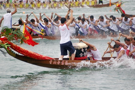 HONG KONG - JUN 16, Dragon boat race in Tung Ng Festival in Tuen Mun, Hong Kong on 16 June, 2010. It is a traditional festival in Chinese community. Imagens - 12935830