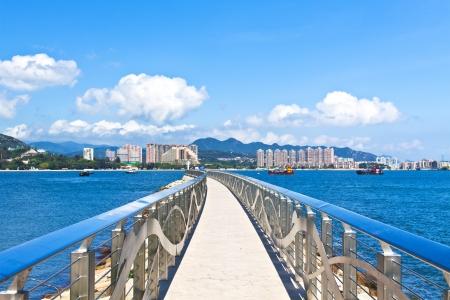 nags: Paseo a lo largo de la costa, con horizonte de Hong Kong