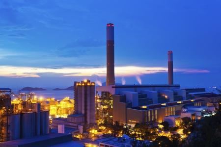 kraftwerk: Kraftwerke in Hong Kong bei Sonnenuntergang