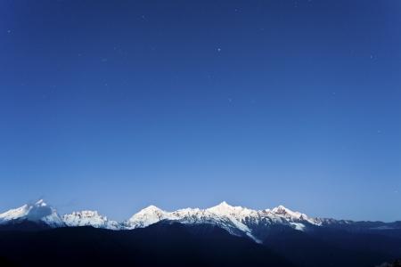 the sky clear: Snow de montaña en la madrugada con las estrellas