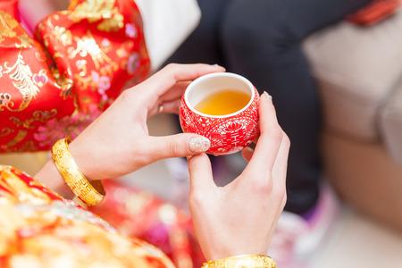 결혼식 날에 중국 차 의식 컵