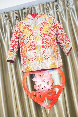 besos apasionados: Traje de boda chinos Foto de archivo