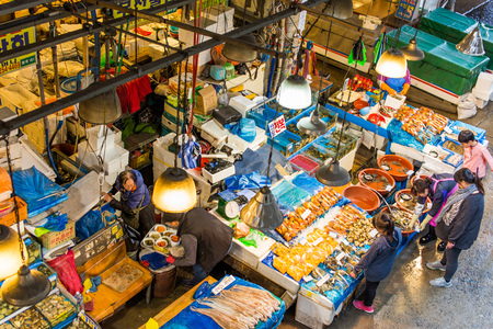 fischerei: SEOUL - MAR 28: Aerial view of shoppers at Noryangjin Fisheries Wholesale Market March 28, 2015 in Seoul, South Korea. The 24 hour market has over 700 stalls selling fresh and dried seafood. Editorial